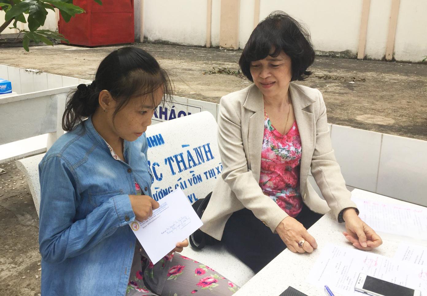 Bà Bùi Thị Kim Sương, cán bộ Hội Bảo trợ bệnh nhân nghèo TP Cần Thơ trao tiền, thăm hỏi Mỹ Phụng