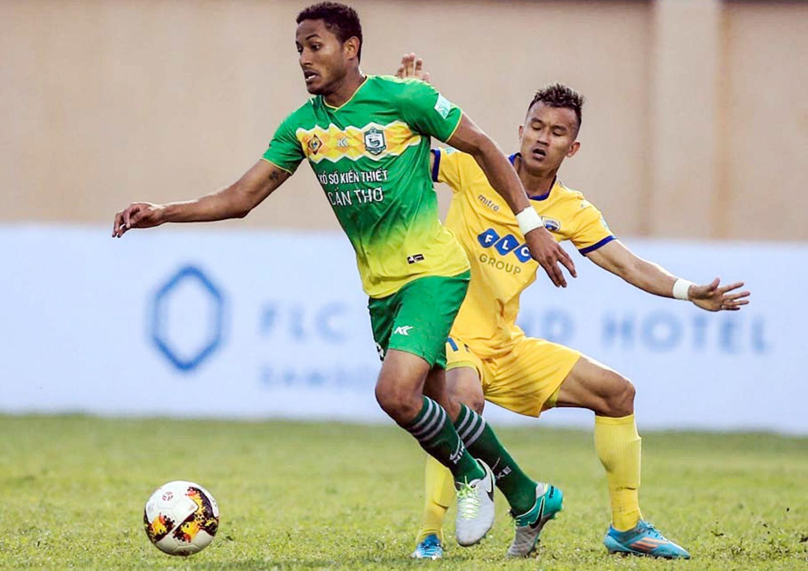 Đội Cần Thơ (trái) thi đấu khởi sắc tại V.League nhưng có thể không mặn mà với Cúp quốc gia. Ảnh: VPF