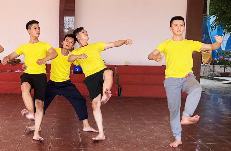 Quang Hiếu (bìa phải) tập luyện cùng đồng đội. Ảnh: DUY KHÔI