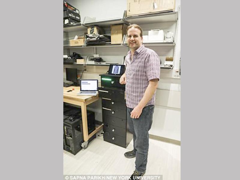 Tiến sĩ Winslow Burleson, trưởng nhóm nghiên cứu, giới thiệu tủ DRESS. Ảnh: Daily Mail