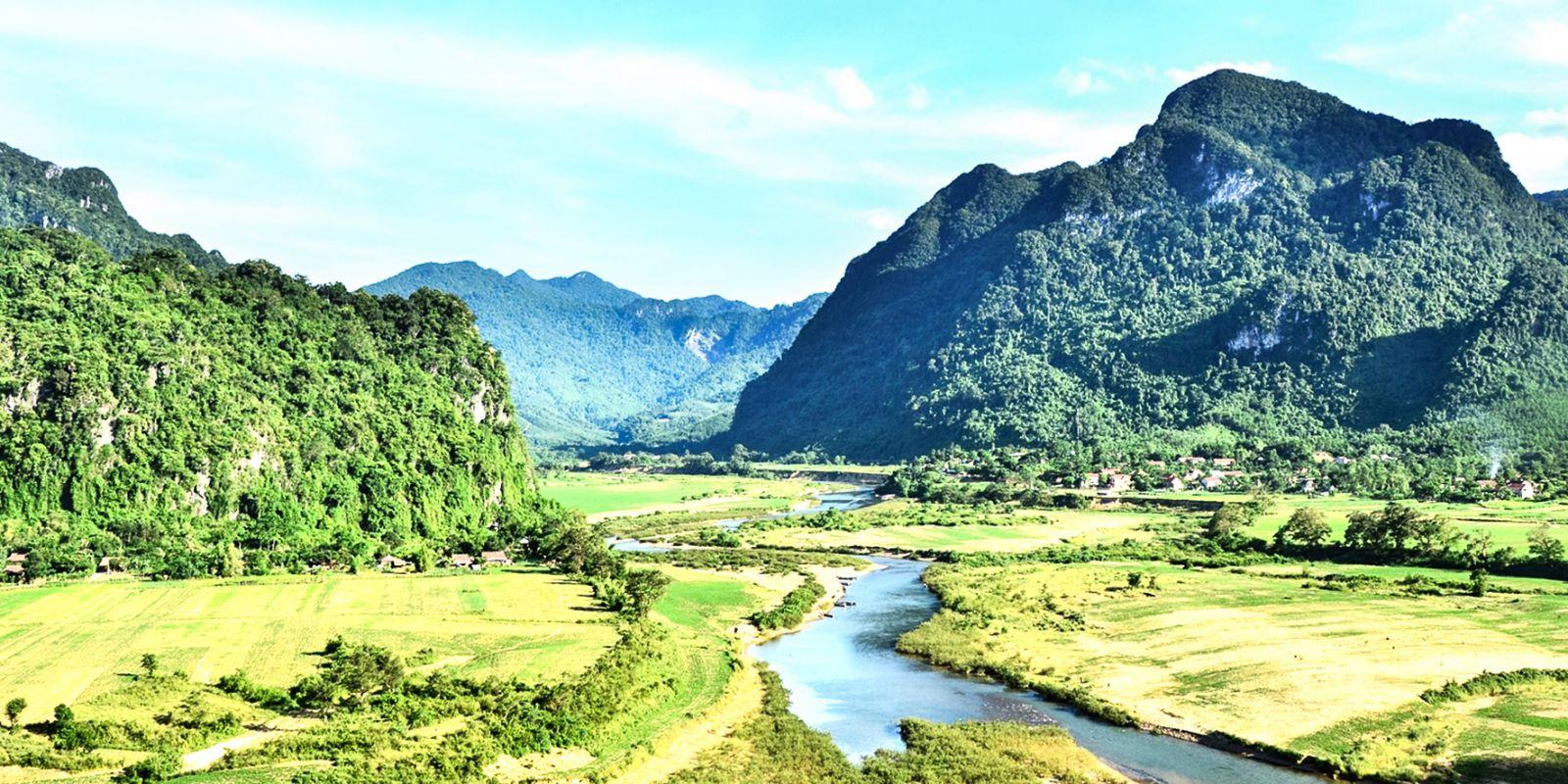 Một bản làng trên đường Hồ Chí Minh, bên dòng sông thơ mộng. Ảnh: DU MIÊN