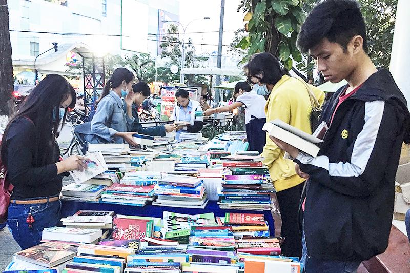 Sinh viên chọn mua sách phục vụ học tập tại Nhà sách Phương Nam, quận Ninh Kiều. Ảnh: THẢO MỘC