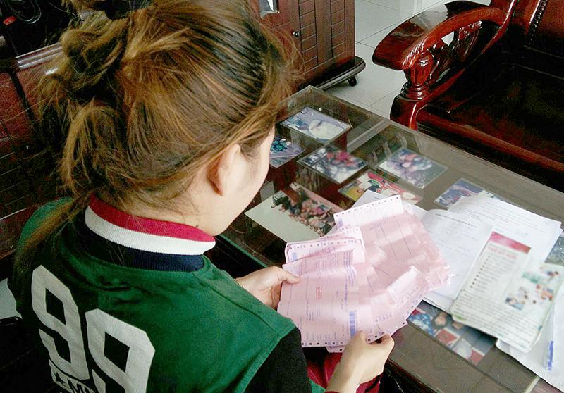 Bệnh nhân điều trị tại một phòng khám, phân trần uất ức vì tiền mất tật mang.