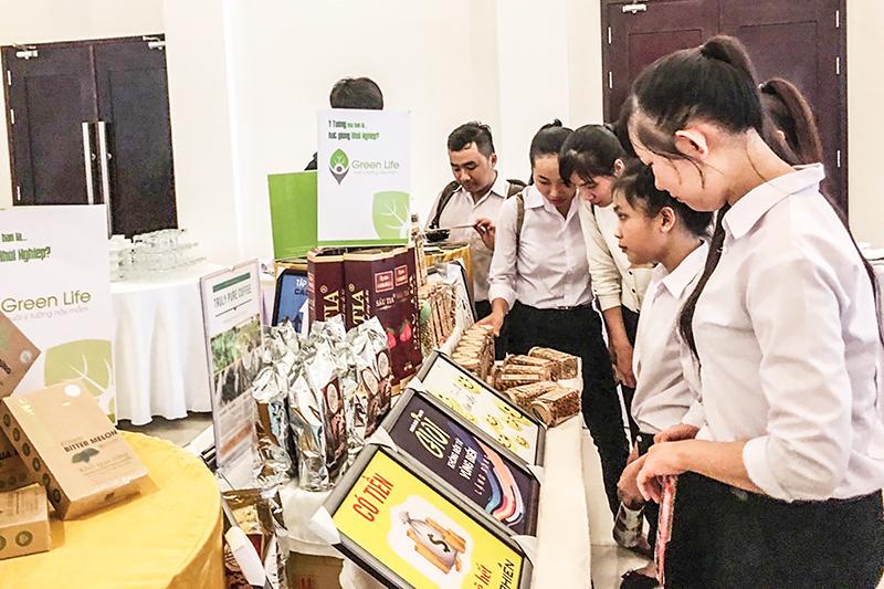 Up Green Life tham gia trưng bày, quảng bá các sản phẩm của các tổ chức, cá nhân khởi nghiệp ở TP Cần Thơ nhân Ngày hội Khởi nghiệp sáng tạo ABCD Mekong năm 2018 tại Bến Tre. Ảnh: THÙY TRANG
