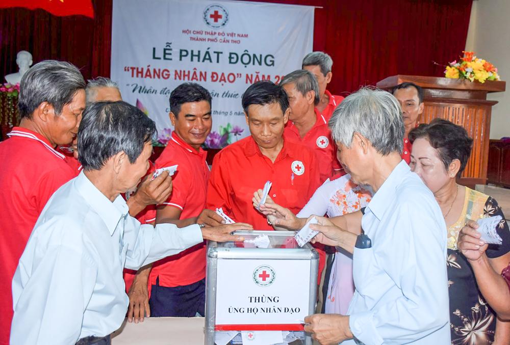 Các tổ chức, cá nhân đóng góp trên 17 triệu đồng cho quỹ sổ vàng nhân đạo tại lễ phát động.