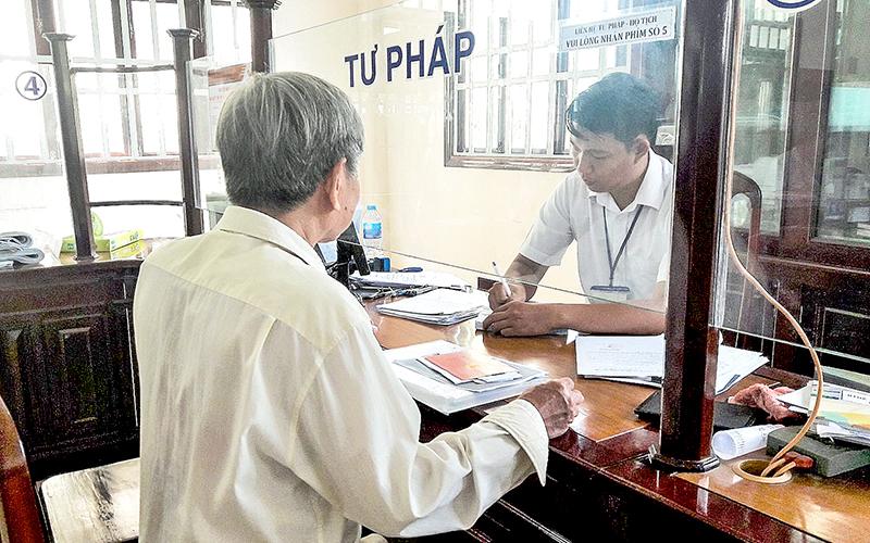 Người dân thực hiện TTHC tại Bộ phận một cửa UBND quận Thốt Nốt. Ảnh: P.NGUYỄN