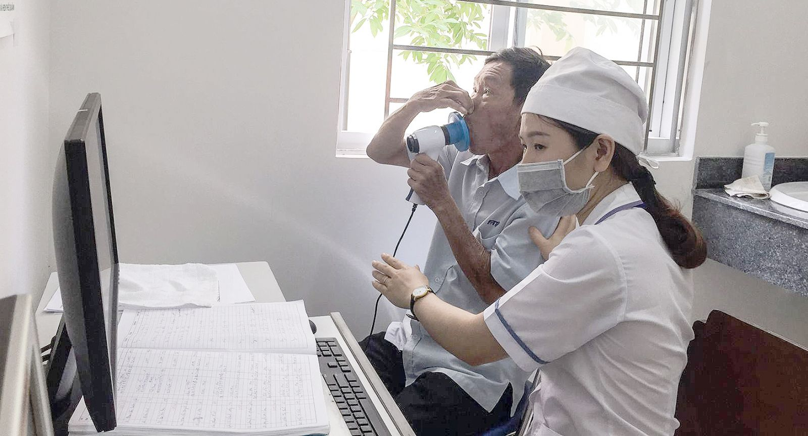 Cán bộ BV Lao và Bệnh phổi Cần Thơ đo chức năng hô hấp cho bệnh nhân. Ảnh: H.HOA