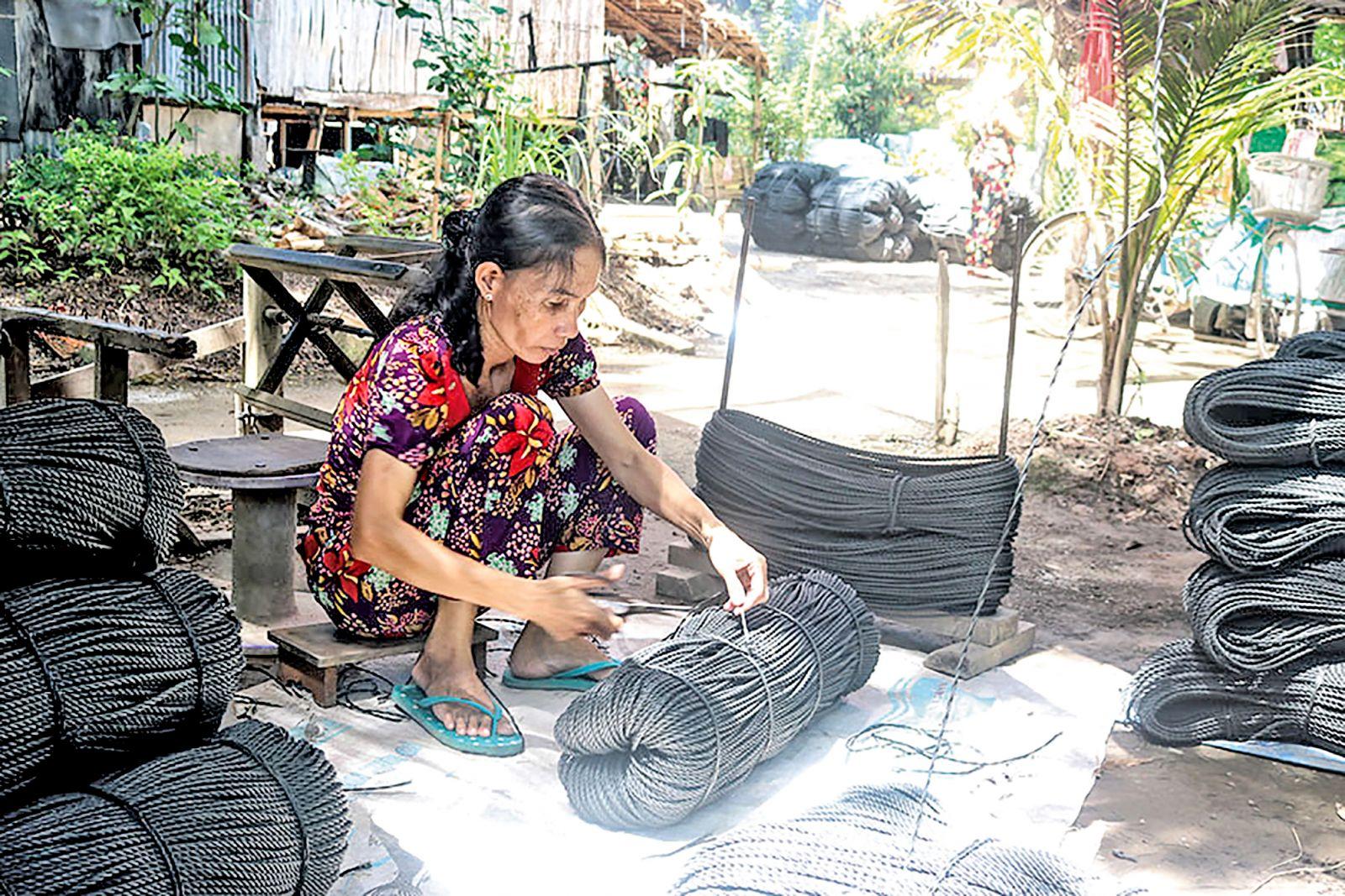Sản xuất dây keo ở xã Mỹ Hội Đông. Ảnh: PHI ĐIỆP
