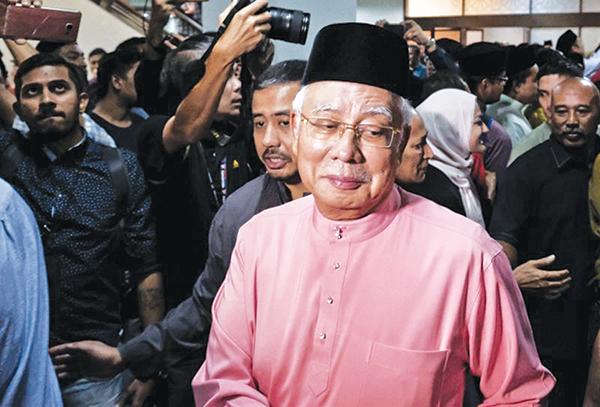 Cựu Thủ tướng Najib Razak xuất hiện trước công chúng hôm 11-5. Ảnh: AP