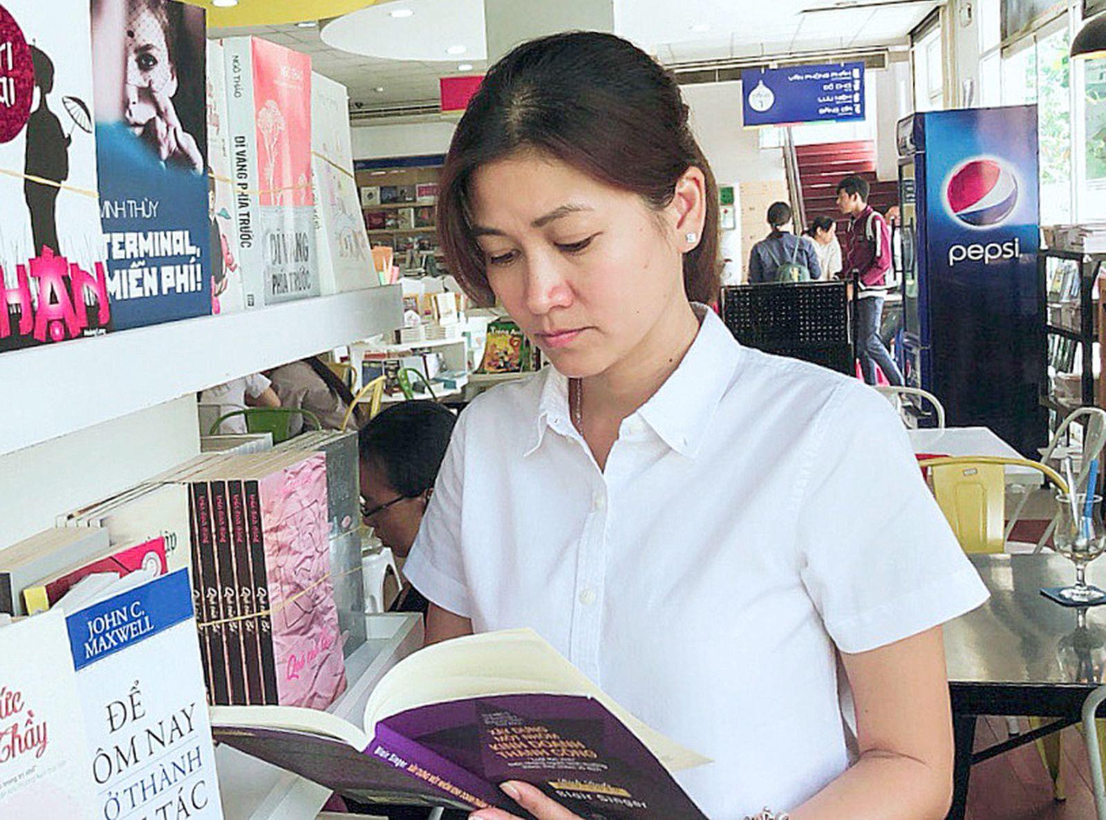 Tú Vân thường đọc rất nhiều sách để học hỏi kinh nghiệm kinh doanh. Ảnh: KIỀU CHINH