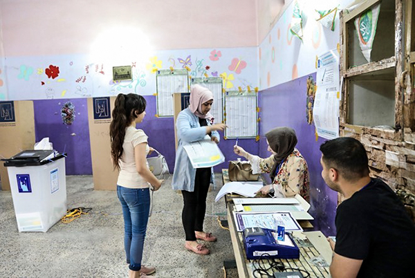 Cử tri Iraq bỏ phiếu tại một địa điểm bầu cử ở Baghdad. Nguồn: THX/TTXVN