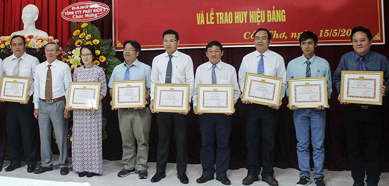 Lãnh đạo Đảng ủy CKCX&CN Cần Thơ biểu dương, khen thưởng các cá nhân tiêu biểu. Ảnh: Q.LAM
