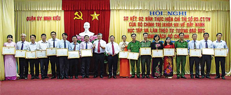 Các tập thể có thành tích tiêu biểu trong thực hiện Chỉ thị 05 được UBND quận Ninh Kiều tặng Giấy khen. Ảnh: NGỌC QUYÊN