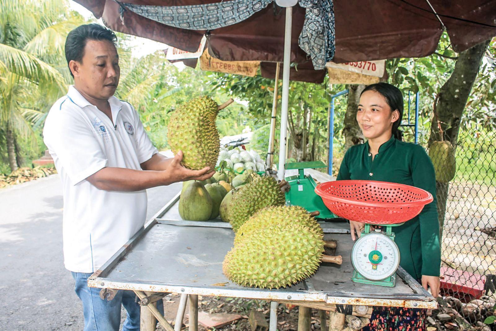 Điểm bán trái cây của chị  Nguyễn Thị Thu Trang ở xã Tân Thới, huyện Phong Điền, TP Cần Thơ. Ảnh: KHÁNH TRUNG