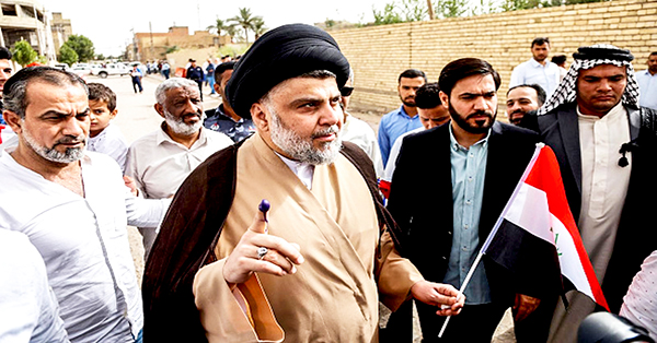 Giáo sĩ al-Sadr (giữa). Ảnh: AFP