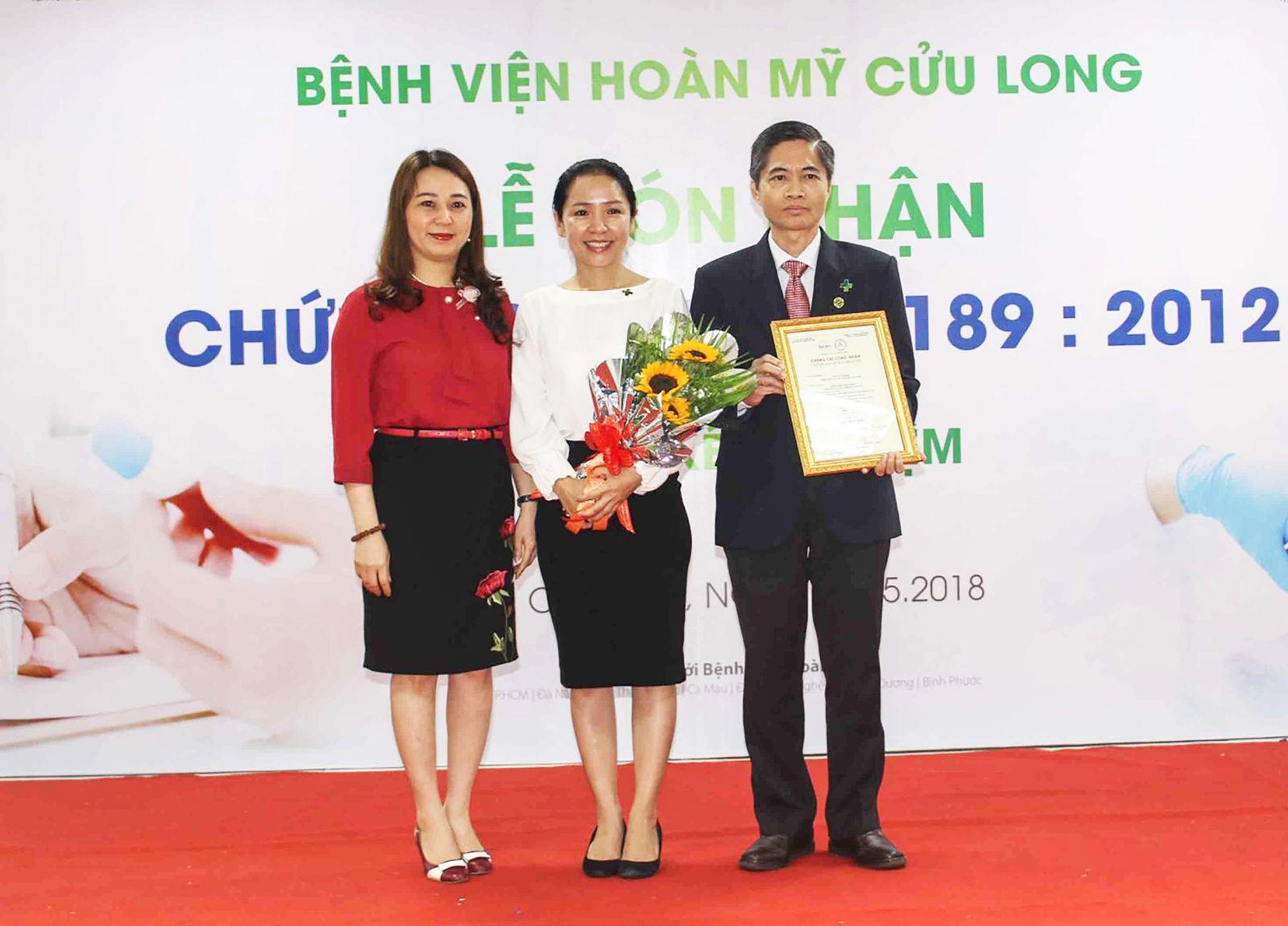 Đại diện văn phòng công nhận chất lượng trao chứng nhận ISO 15189:2012 cho Giám đốc BV Nguyễn Văn Hoàng.
