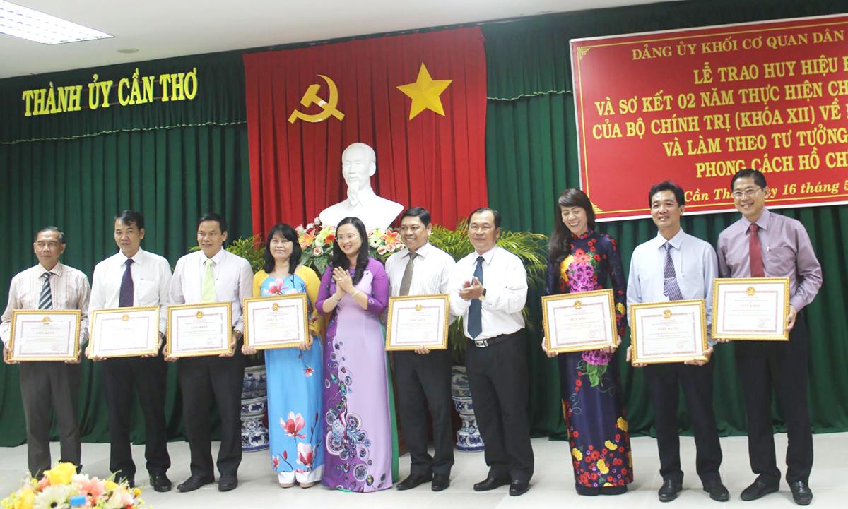 Các tập thể tiêu biểu học tập và làm theo tư tưởng, đạo đức, phong cách Hồ Chí Minh thuộc Đảng bộ Khối được biểu dương, khen thưởng. Ảnh: Q.LAM