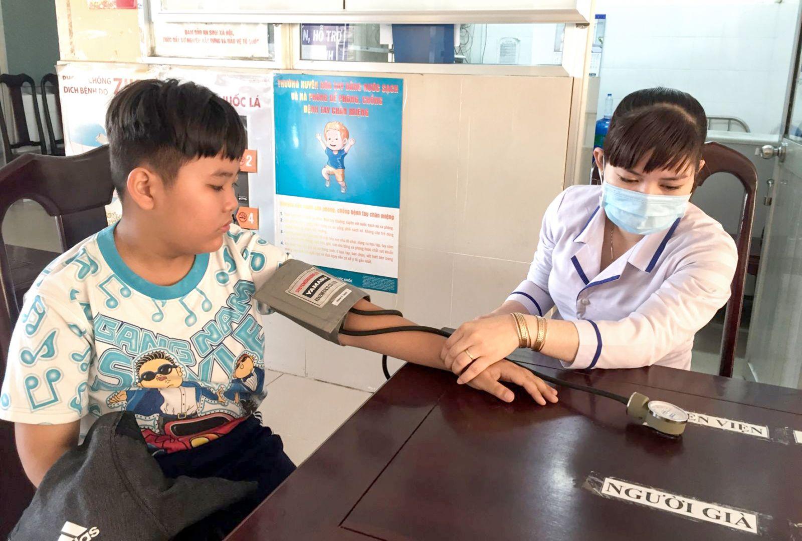 Khám bệnh ngày nghỉ, ngày lễ để đảm bảo quyền lợi bệnh nhân có thẻ BHYT. Ảnh: H.HOA