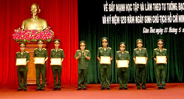 Đại tá Nguyễn Thanh Đức, Chính ủy Bộ CHQS thành phố trao Giấy khen cho các tập thể, cá nhân đạt thành tích tiêu biểu trong thực hiện Chỉ thị số 05. Ảnh: PHẠM TRUNG