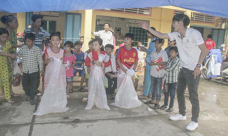 CLB Kỹ năng và Cộng đồng SCV tổ chức trò chơi dân gian cho trẻ em nghèo huyện Châu Thành, tỉnh Hậu Giang. Ảnh: Q. THÁI