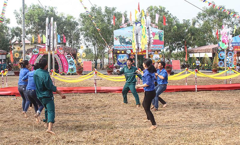Đoàn viên thanh niên huyện Vĩnh Thạnh tham gia các hoạt động vui chơi tại hội trại tòng quân năm 2018.