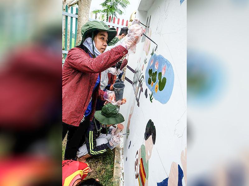 Đỗ Thị Hồng Bích, sinh viên Trường Đại học Cần Thơ tham gia hoạt động sơn sửa trường học tại quận Thốt Nốt (Ảnh do nhân vật cung cấp).