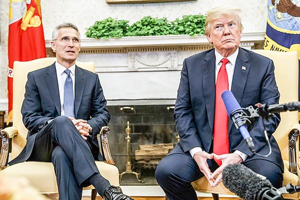 Tổng thống Trump (phải) và Tổng thư ký NATO Stoltenberg. Ảnh: AP