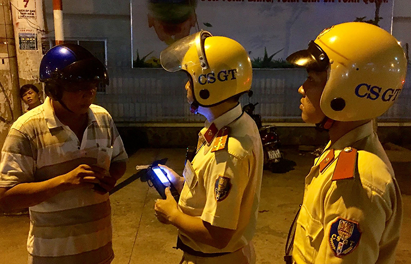 CSGT Trạm Cửa ô Ba Láng thuộc Phòng PC67 kết hợp CSGT Công an quận Cái Răng kiểm tra người điều khiển xe vi phạm quy định nồng độ cồn trên đường Phạm Hùng (ảnh chụp tối 15-5-2018).