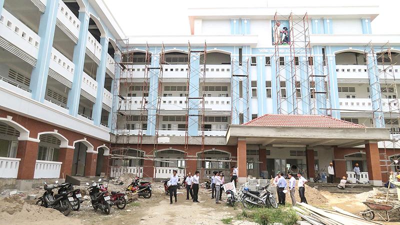 Một góc Trường THCS Lê Lợi (quận Ô Môn), đang được đẩy nhanh tiến độ xây dựng để kịp đưa vào sử dụng năm học mới 2018-2019. Ảnh: NG.NGÂN