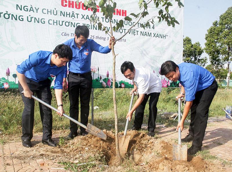 Lãnh đạo Thành đoàn Cần Thơ, Quận đoàn Cái Răng tham gia trồng cây xanh trên tuyến đường Võ Nguyên Giáp. Ảnh: QUỐC THÁI