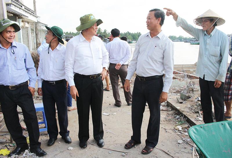 Phó Bí thư Thường trực Thành ủy Cần Thơ Phạm Văn Hiểu (thứ 3, từ phải sang) nghe chính quyền địa phương, người dân trình bày vụ sạt lở. Ảnh: H.VĂN