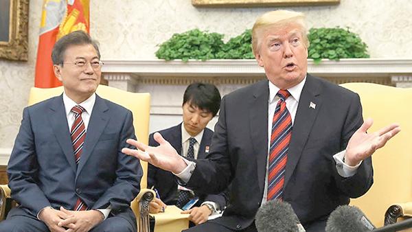 Tổng thống Trump (phải) tiếp lãnh đạo Hàn Quốc tại Nhà Trắng. Ảnh: CNN