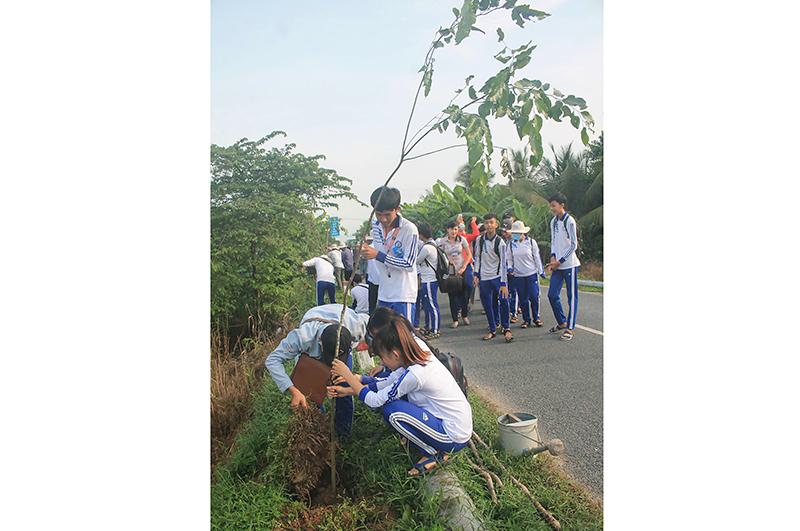 Trồng cây xanh tại xã Trường Thắng, huyện Thới Lai. Ảnh: KHÁNH TRUNG