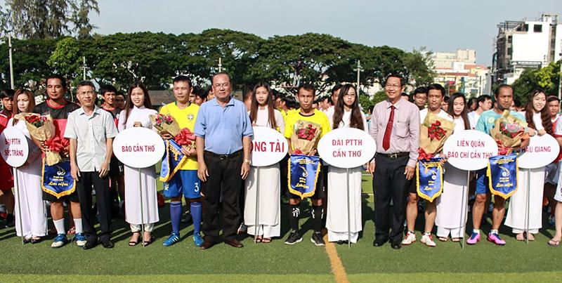 Đại diện Ban tổ chức trao hoa và cờ lưu niệm cho các đội bóng. Ảnh: XUÂN THANH