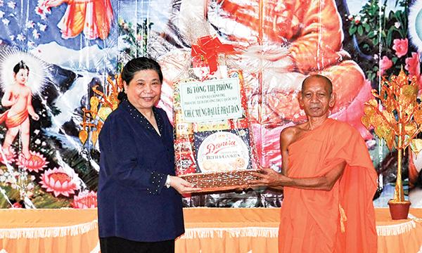 Đồng chí Tòng Thị Phóng, Ủy viên Bộ Chính trị, Phó Chủ tịch Thường trực Quốc hội chúc mừng Đại Lễ Phật đản tại Chùa Pôthi Somrôn.