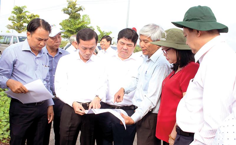 Lãnh đạo thành phố kiểm tra một số công trình trên địa bàn quận Ninh Kiều. Ảnh: Minh Huyền