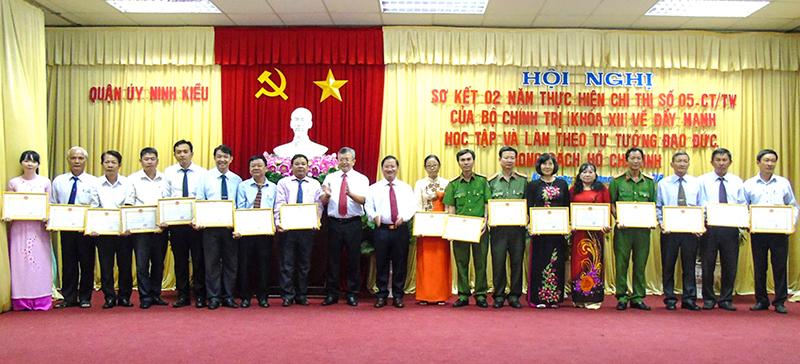 Các tập thể có thành tích tiêu biểu trong thực hiện Chỉ thị 05 được UBND quận Ninh Kiều tặng Giấy khen. Ảnh: THANH THY