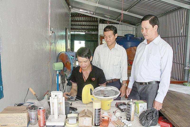 Lớp học nghề sửa điện giúp anh Nguyễn Minh Dĩ, hội viên nông dân ngụ tại ấp Thạnh Hưng 2, xã Trung Hưng, huyện Cờ Đỏ (người ngồi) có thu nhập ổn định.
