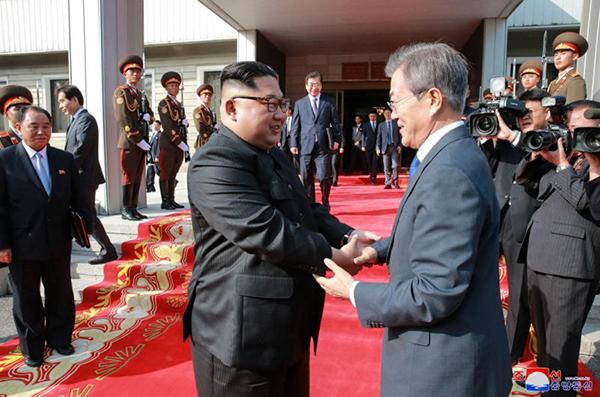Nhà lãnh đạo Triều Tiên Kim Jong-un (trái) và Tổng thống Hàn Quốc Moon Jae-in tại cuộc gặp thượng đỉnh lần hai hôm 26-5. Ảnh: KCNA/AP
