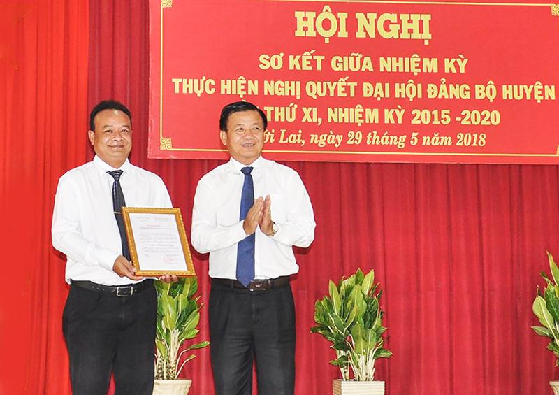 Đồng chí Đào Anh Dũng, Phó Chủ tịch UBND thành phố trao Quyết định của Ban Thường vụ Thành ủy công nhận Đảng bộ huyện Thới Lai đạt trong sạch vững mạnh năm 2017.
