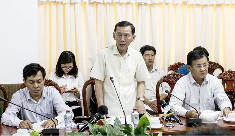 Ông Võ Thành Thống, Chủ tịch UBND TP Cần Thơ chỉ đạo khắc phục hậu quả sạt lở, phòng chống thiên tai trong năm 2018. Ảnh: H.VĂN