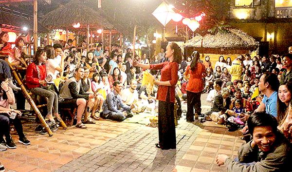 Bài Chòi tại phố cổ Hội An thu hút đông đảo du khách tham gia. Ảnh: ÁI LAM