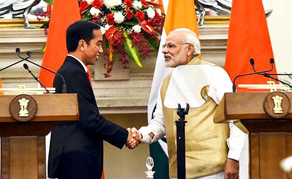 Tổng thống Indonesia Widodo (trái) và Thủ tướng Ấn Độ Modi tại cuộc họp báo chung hôm 30-5. Ảnh: AP