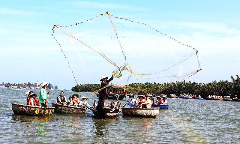 Du khách xem trình diễn đánh bắt cá. Ảnh: MINH NHIÊN