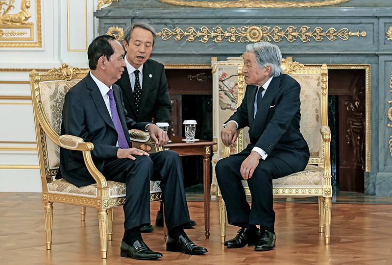 Nhà vua Nhật Bản Akihito và Chủ tịch nước Trần Đại Quang tại lễ tiễn. Ảnh: NHAN SÁNG (TTXVN)