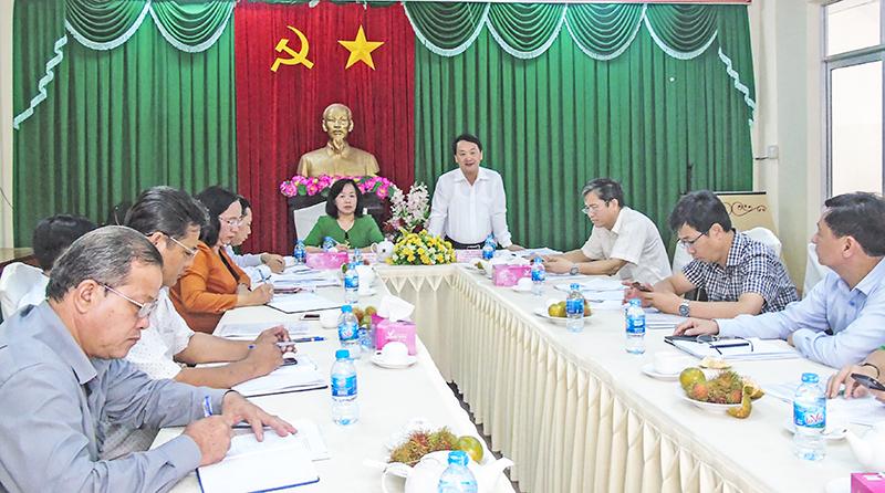 Đồng chí Hầu A Lềnh phát biểu tại buổi làm việc với Ban Thường trực Ủy ban MTTQVN thành phố Cần Thơ. Ảnh: THANH THY
