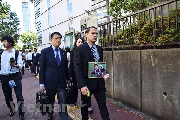 Anh Lê Anh Hào cùng luật sư Akio Sagawa tiến vào tòa án. Ảnh: Nguyễn Tuyến/Vietnam+
