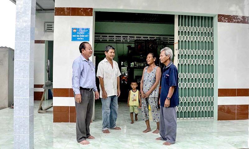Ông Trần Hom, ấp Thới Trường 2, xã Thới Xuân (bên phải) được hỗ trợ xây nhà Đại đoàn kết nên đã thoát nghèo.