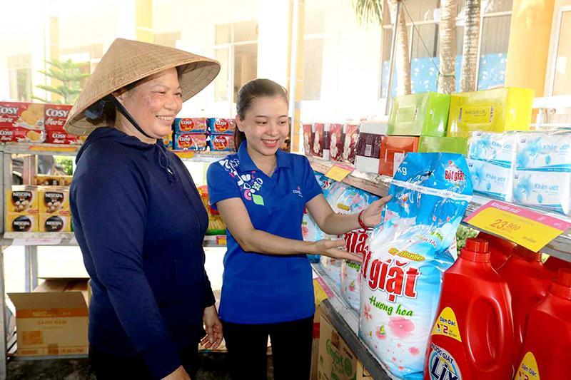 Nhân viên Siêu thị Co.opmart Cần Thơ giới thiệu sản phẩm Việt cho người dân ở thị trấn Thới Lai, trong một chuyến bán hàng lưu động do  huyện Thới Lai phối hợp với Siêu thị Co.opmart Cần Thơ tổ chức vào đầu tháng 6-2018. Ảnh: M.HOA