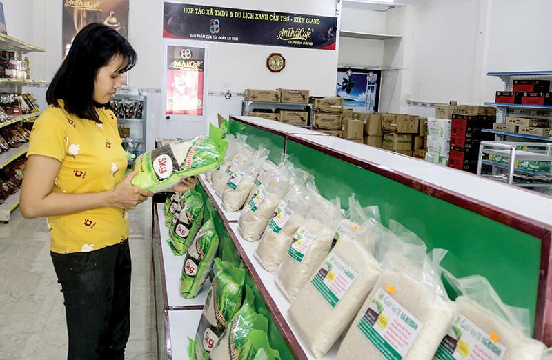 Mua hàng tại cửa hàng của HTX Thương mại dịch vụ và Du lịch môi trường xanh Cần Thơ-Kiên Giang, ở quận Bình Thủy.